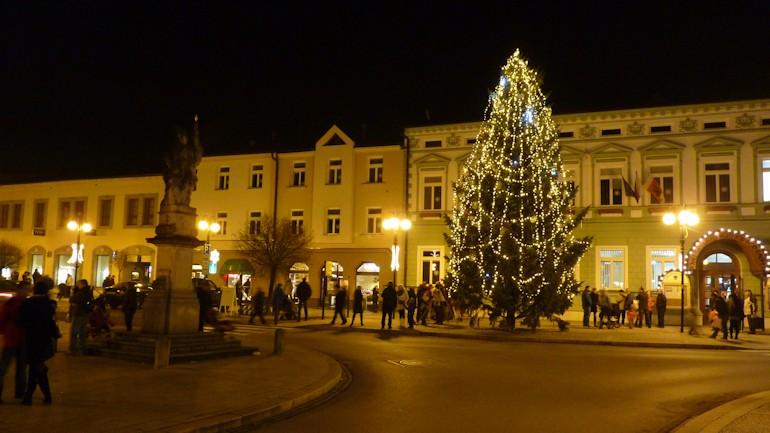 Na rožnovském náměstí se brzy rozzáří Vánoční stromeček